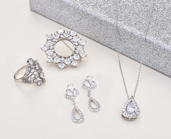 Jak šperky kombinovat?