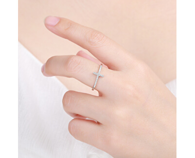 Elegantní stříbrný prsten s křížkem R00020