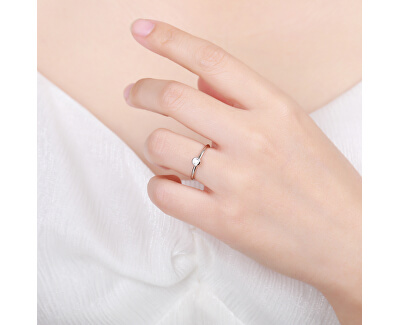 Půvabný stříbrný prsten s čirým zirkonem R00019
