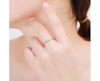 Třpytivý stříbrný prsten s čirými zirkony R00020