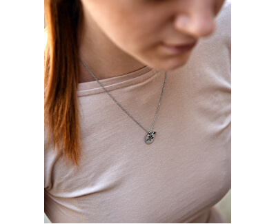Oceľový náhrdelník sa včelkou