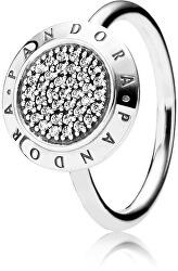 Ezüst gyűrű csillogó kövekkel