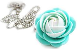 Bielo-mentolový náhrdelník kytička